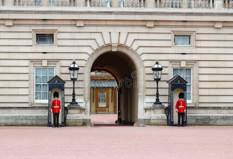 Protectores reales en el Buckingham Palace fotografía de archivo