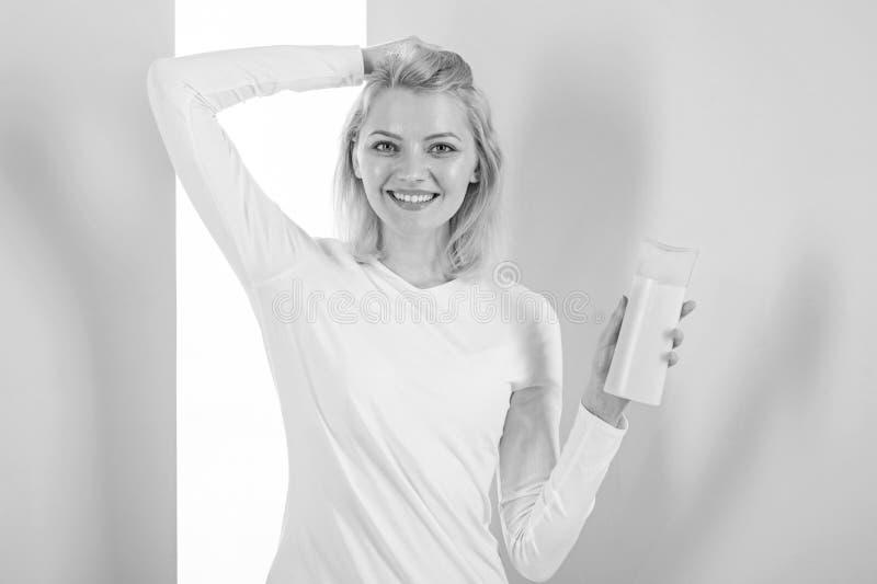 Protegga i capelli prima della designazione del calore Applichi i primi capelli del prodotto protettivo che disegnano le punte La fotografia stock