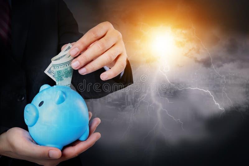 Protegga il risparmio concetto di assicurazione e di protezione dei soldi immagine stock libera da diritti