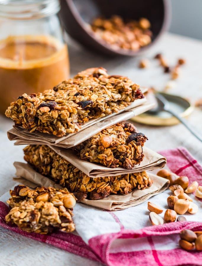 Protein hält Granola mit Samen, Erdnussbutter und Trockenfrüchten ab, lizenzfreies stockbild