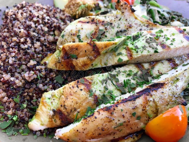 Proteina sana del pollo del pasto immagini stock