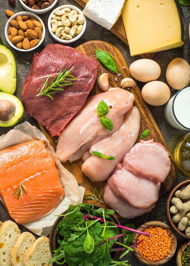 Proteinkällor - kött, fisk, ost, muttrar, bönor och gräsplaner arkivfoton