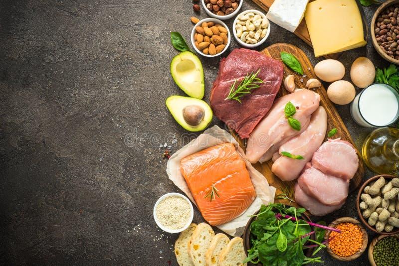 Proteinkällor - kött, fisk, ost, muttrar, bönor och gräsplaner royaltyfria foton