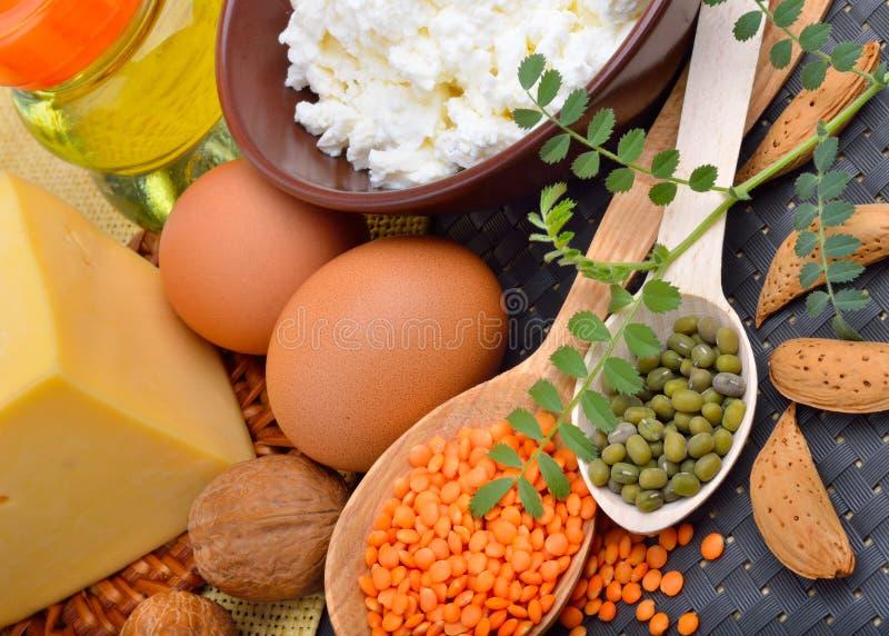 Proteinmat: ägg, mandlar, linser, ost, valnöt och ostmassa royaltyfri foto