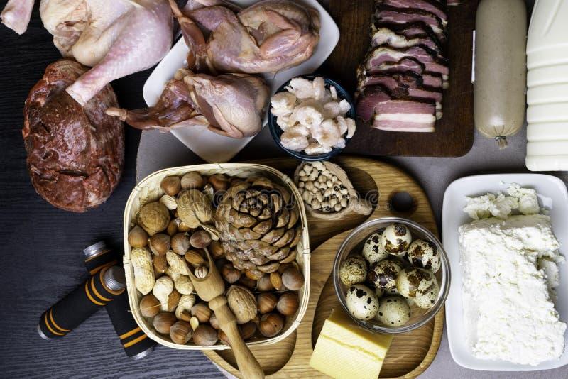 Proteinreiche Nahrung für Bodybuilder des mageren Steaks, Schweinefleischpastete, Milch, Käse, Huhn, Garneleneibohnen, Nüsse, mit stockfoto
