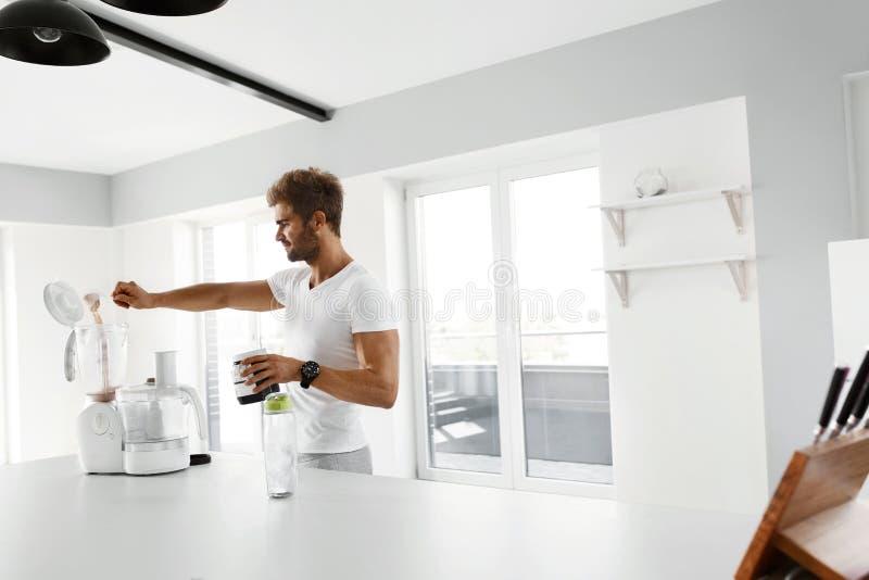 Proteinskaka Man som förbereder sportdrinken för genomkörare royaltyfri fotografi