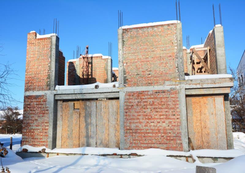 Proteja la casa inacabada Windows para que el invierno evite nieve y la lluvia dentro Reduzca la condensación en casa constructiv imágenes de archivo libres de regalías