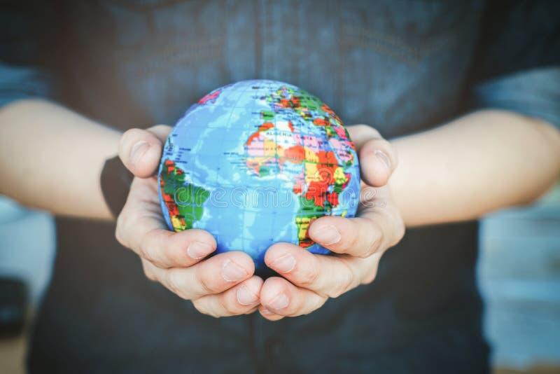 Proteja o nosso mundo em mãos humanas fotos de stock