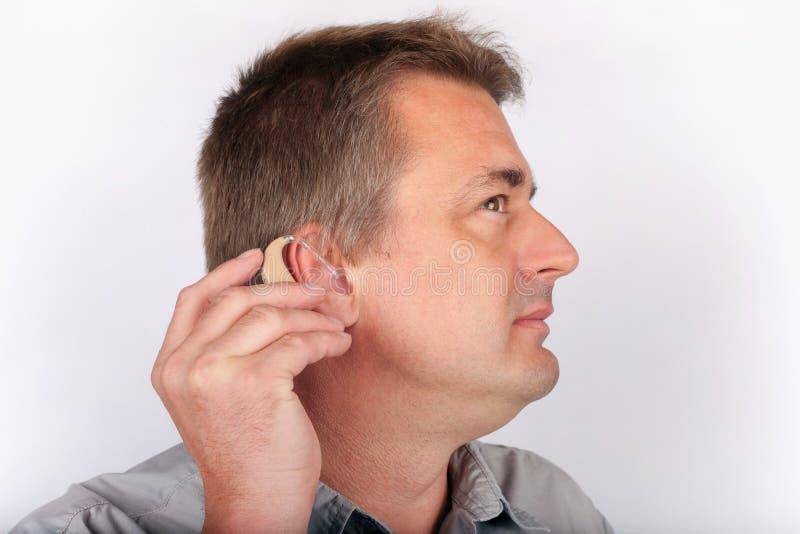 Protesi acustica d'inserimento senior nell'orecchio immagine stock