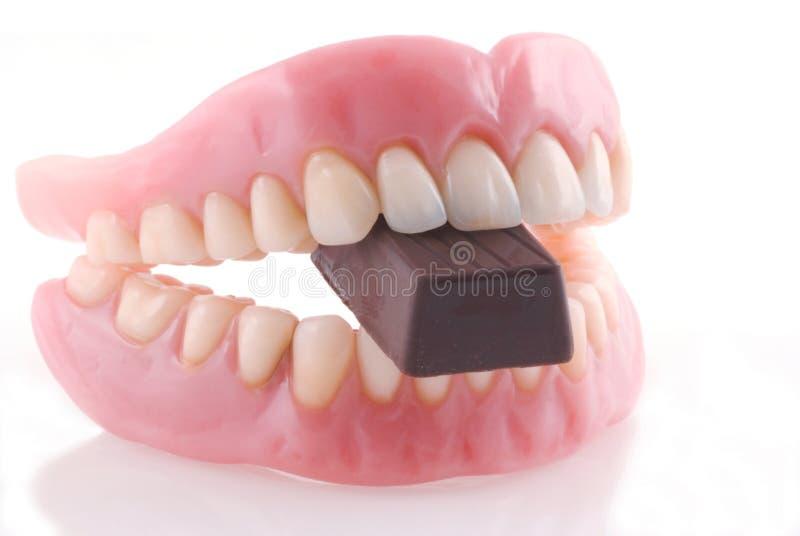 Protesi dentarie e chocolat. immagini stock