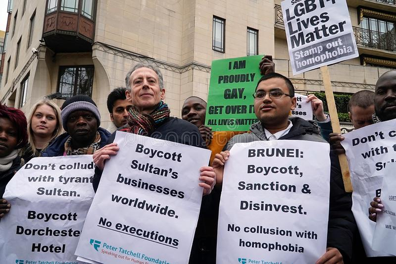 Protest außerhalb des Dorchester-Hotels London am 6. April 2019 lizenzfreie stockfotos