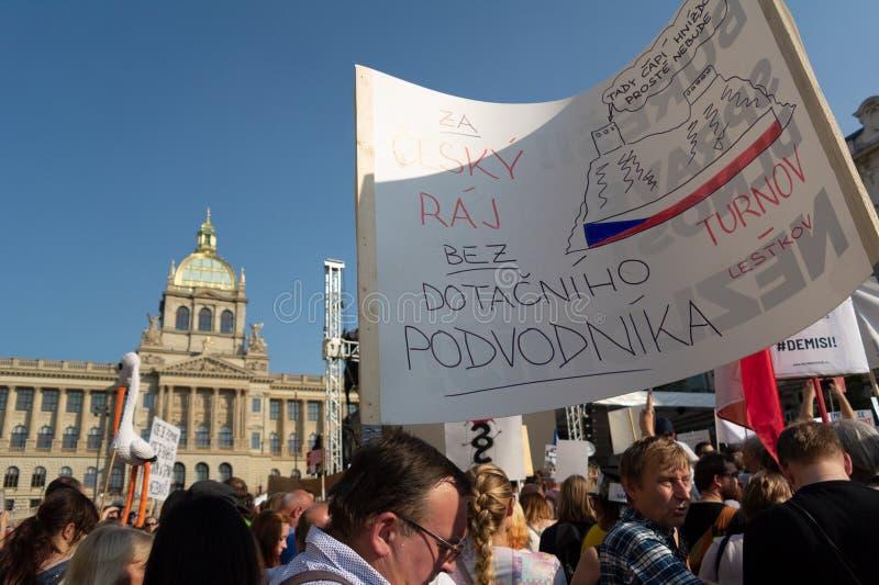 Protest för avsägelse och abdikering av Andrej Babis, premiärminister av Tjeckien royaltyfria foton