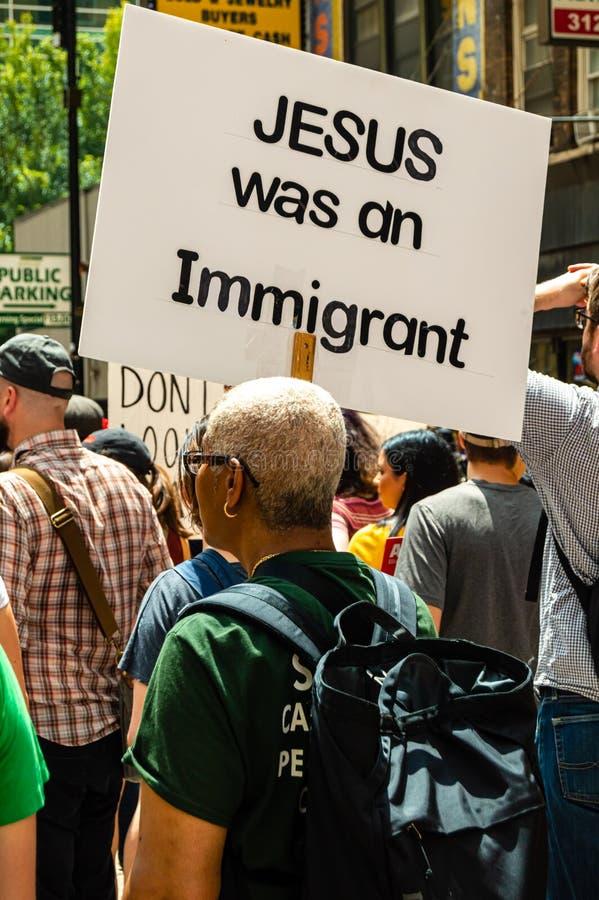 Protest gegen EIS und Gewohnheiten und Grenzschutz-Strafanstalten Frau trägt Zeichen, das liest 'Jesus war ein Immigrant ' lizenzfreie stockfotos