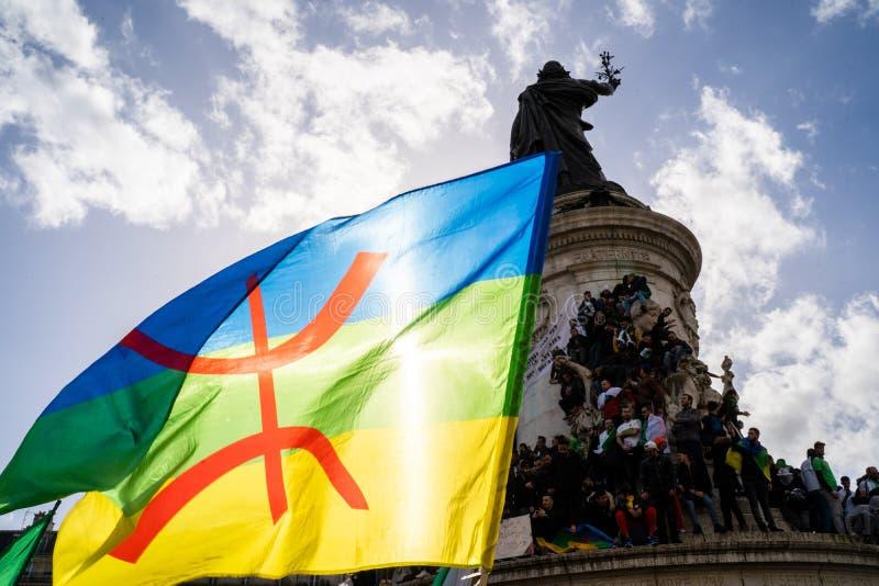 Protest in Paris gegen ein fünftes Mandat von Algeriens Bouteflika stockfotografie