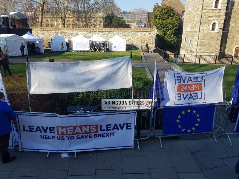 Protest pro-Brexit met affiches pro-Brexit en vlaggen stock foto