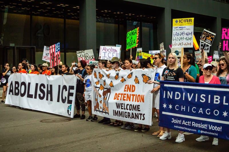 Protest przeciw lodowi Linia frontu maszerujący z sztandarami wspiera imigrację obrazy stock