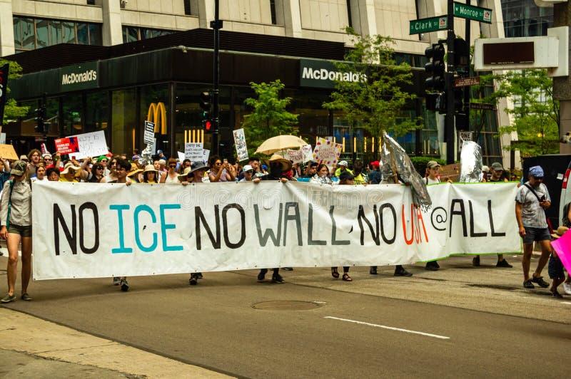 Protest przeciw lodowi Linia frontu maszerujący z sztandarem «Żadny lód, Żadny ściana, Żadny usa wcale « obrazy royalty free