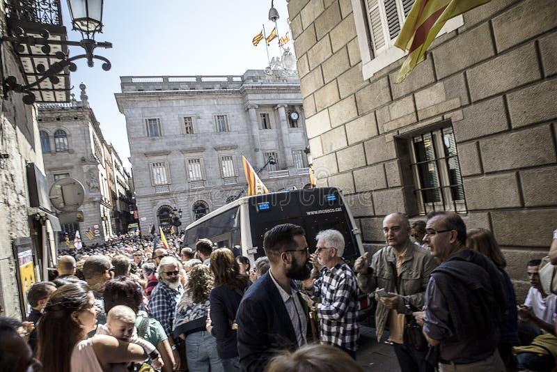 Protest sammelt Freiheit und Unabhängigkeit Führer Spaniens Katalonien Barcelona, der über Podium in der Menge von Leuten spricht stockbilder