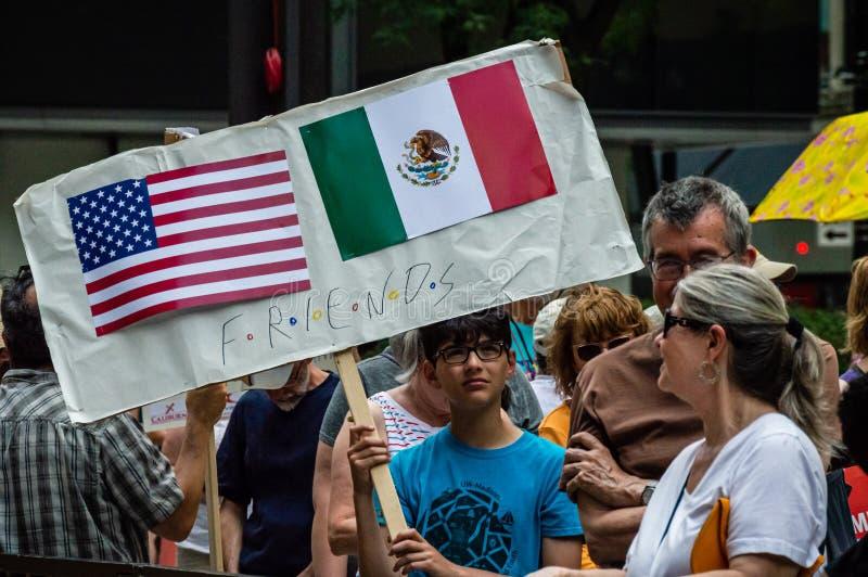 Protest tegen Immigratieijs en Grenspatrouille Jongen met Amerikaanse vlag en Mexicaanse vlag stock foto's