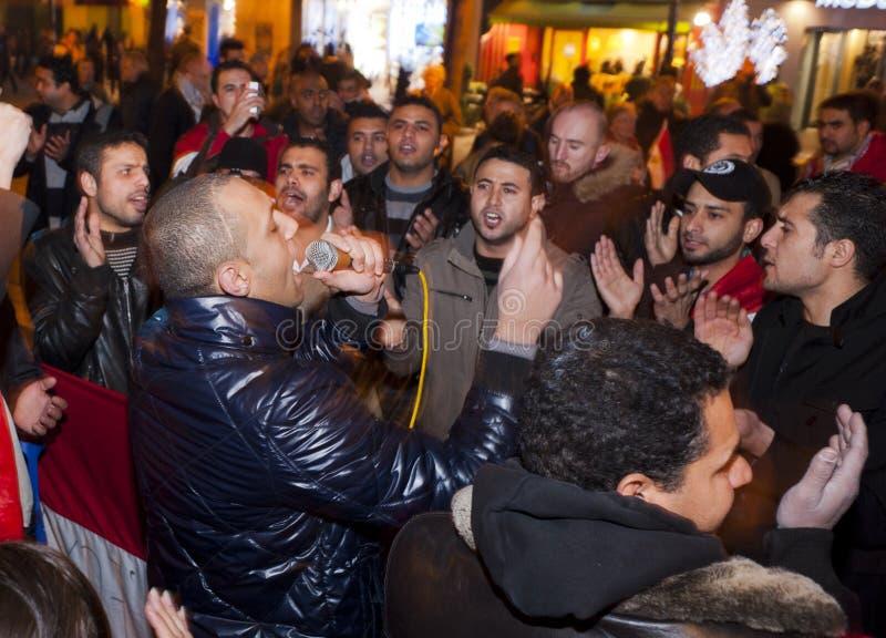 Protesta árabe, egipcios que demuestran contra la milipulgada foto de archivo