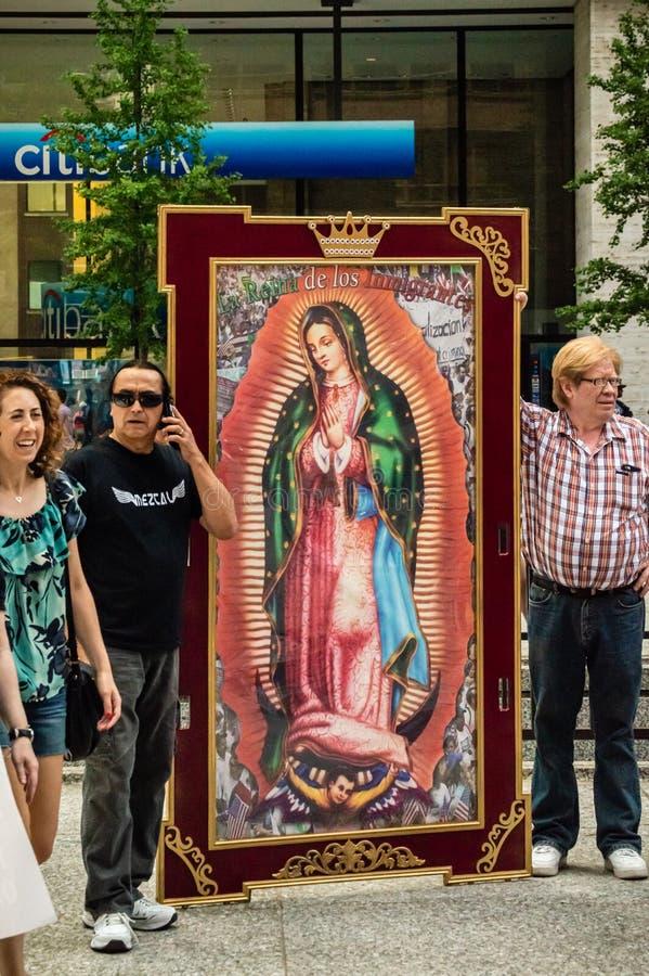 Protesta contra el HIELO y la patrulla fronteriza de la inmigración St Mary católico fotos de archivo