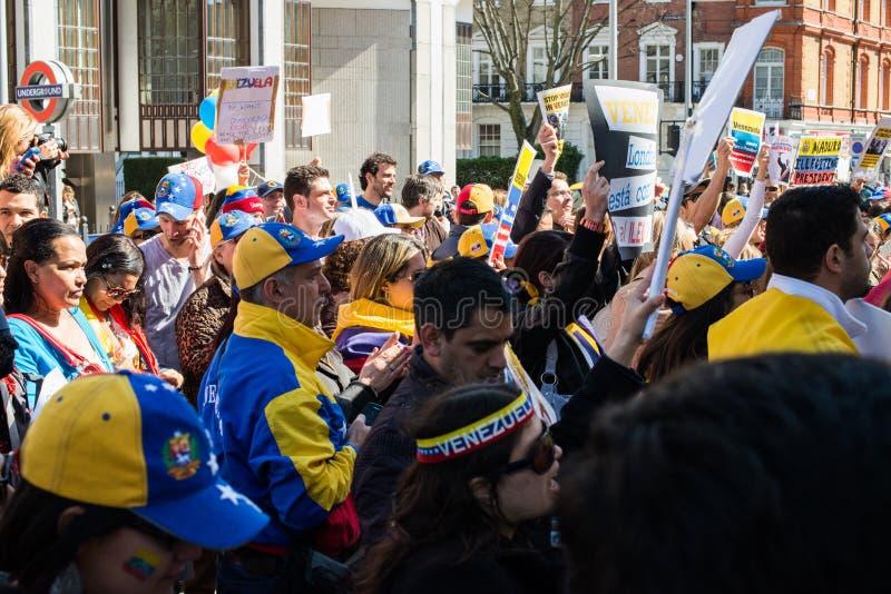 Protesta dei Venezuelans fuori della loro ambasciata del paese immagine stock