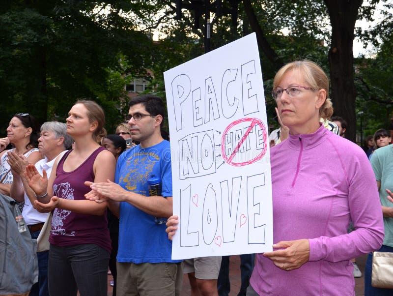 Protesta di Charlottesville in Ann Arbor - segno di pace fotografia stock libera da diritti