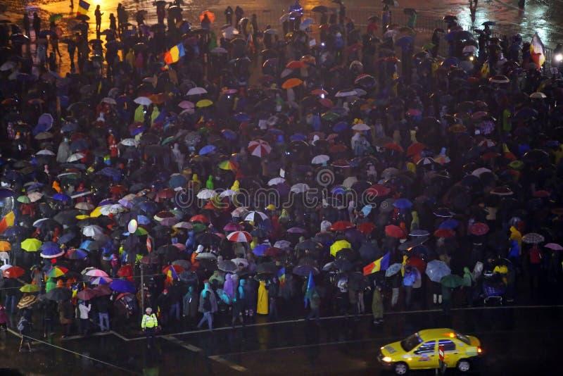 PROTESTA DI MIGLIAIA CONTRO CORRUZIONE A BUCAREST fotografia stock libera da diritti