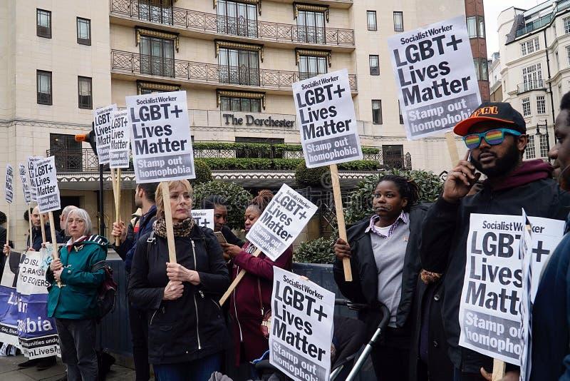 Protesta fuori Dorchester hotel Londra del 6 aprile 2019 immagine stock libera da diritti