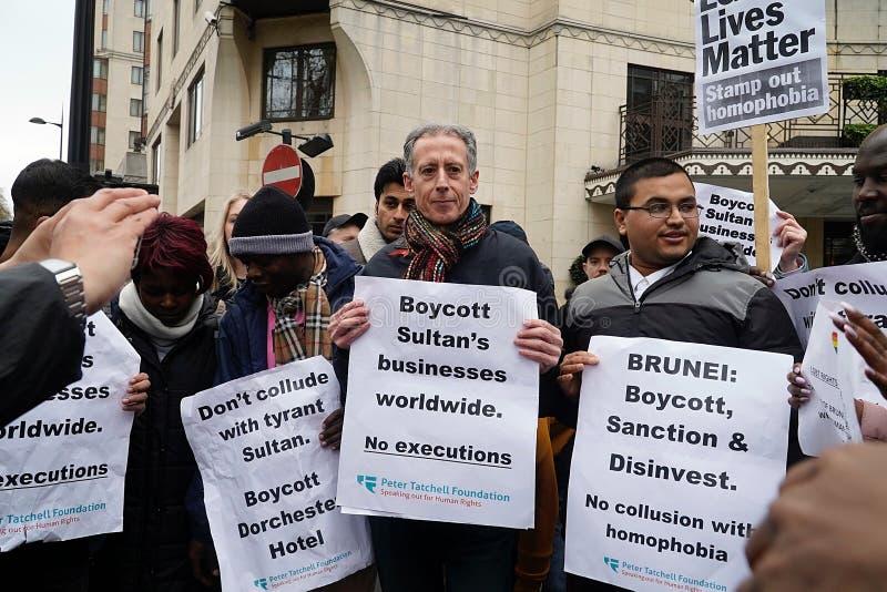Protesta fuori Dorchester hotel Londra del 6 aprile 2019 immagini stock