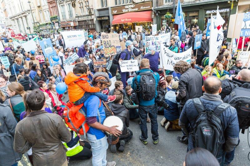 Protesta minore di medici di migliaia a Londra fotografie stock