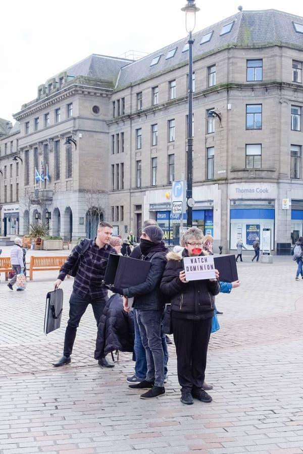Protesta silenziosa nel centro urbano di Dundee Scozia La gente protesta con le coperture facciali parziali nel centro urbano di  immagini stock