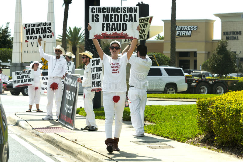 Protesta y demostración públicas de la circuncisión foto de archivo