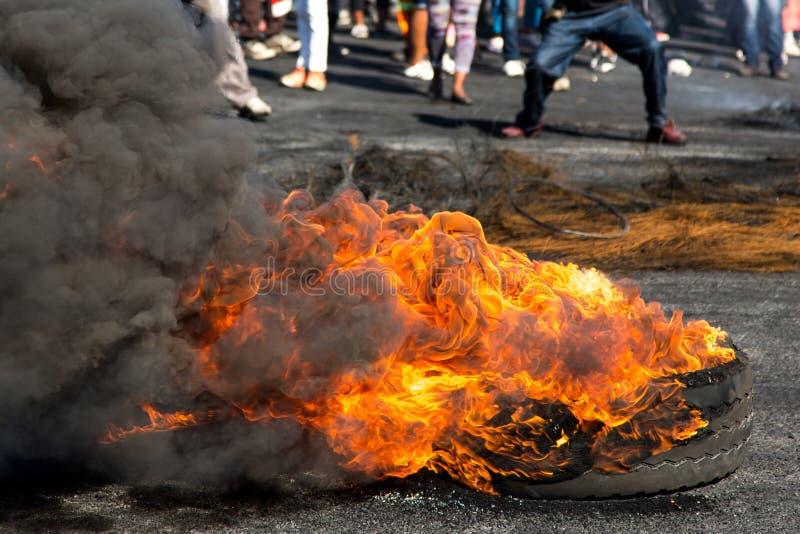 Protestactie met het Branden van Banden royalty-vrije stock afbeeldingen