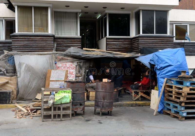 Protestactie van de werknemers van de staat in Ushuaia - de meest zuidelijke stad in de wereld stock afbeeldingen