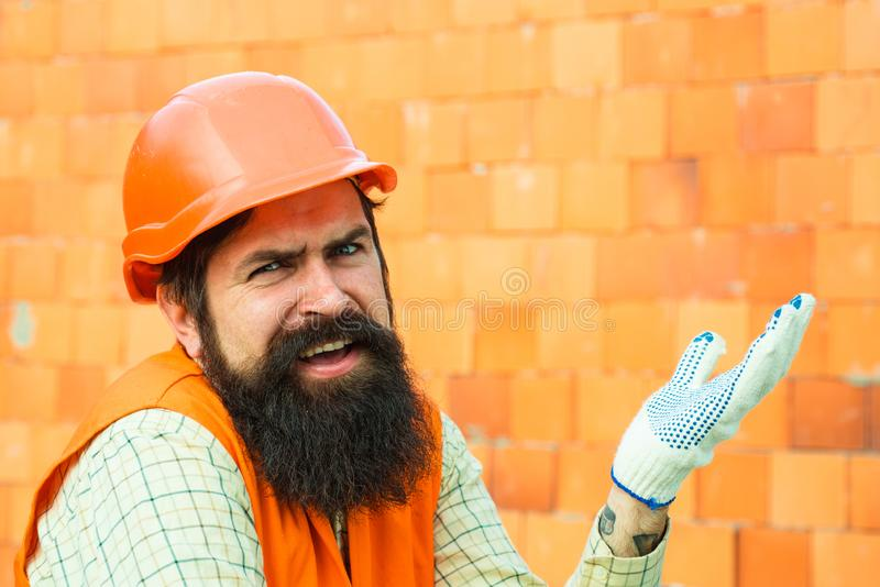 Protestacyjny pracownik pensja Nieszczęśliwy budowniczy awantura Smutny pracownik zdjęcie royalty free