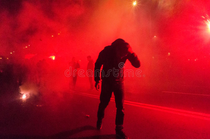 Protestador que esconde longe do fumo fotografia de stock
