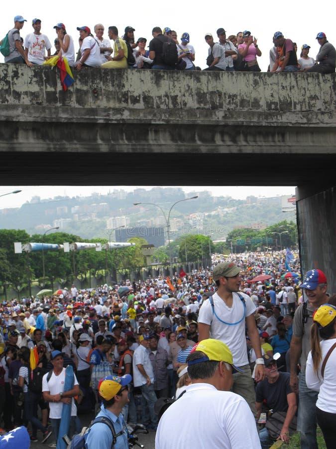 Protestadores antigovernamentais fechados uma estrada em Caracas, Venezuela fotografia de stock royalty free