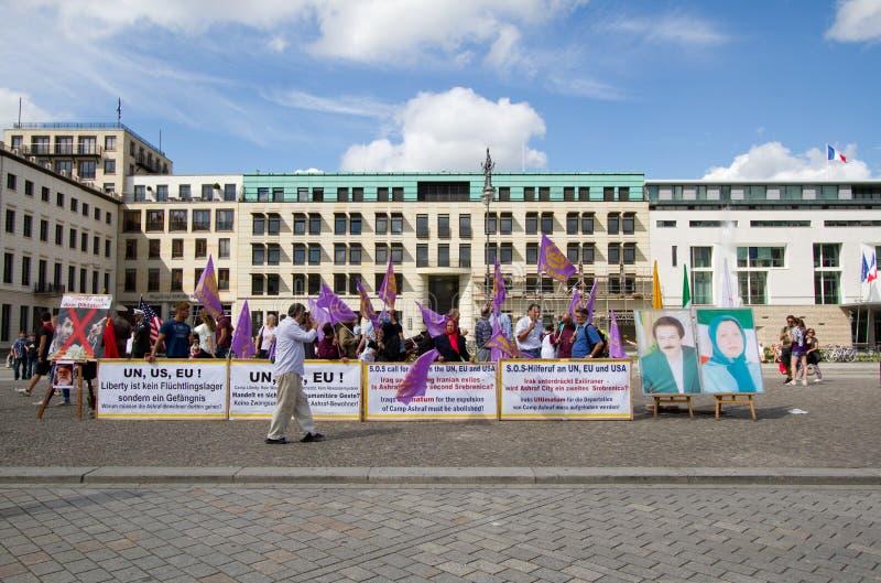 Protestadores de Iraninan na frente da embaixada dos E.U., Berli fotos de stock royalty free