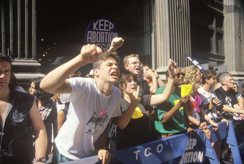Protestadores irritados que chanting na reunião pro-choice imagens de stock royalty free