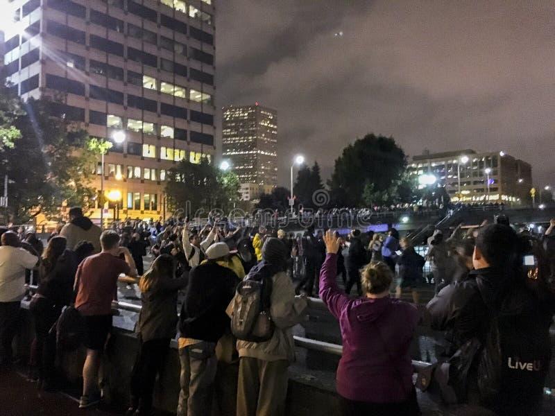 Protestadores pretos da matéria das vidas que obstruem fora de um onramp da autoestrada fotografia de stock royalty free
