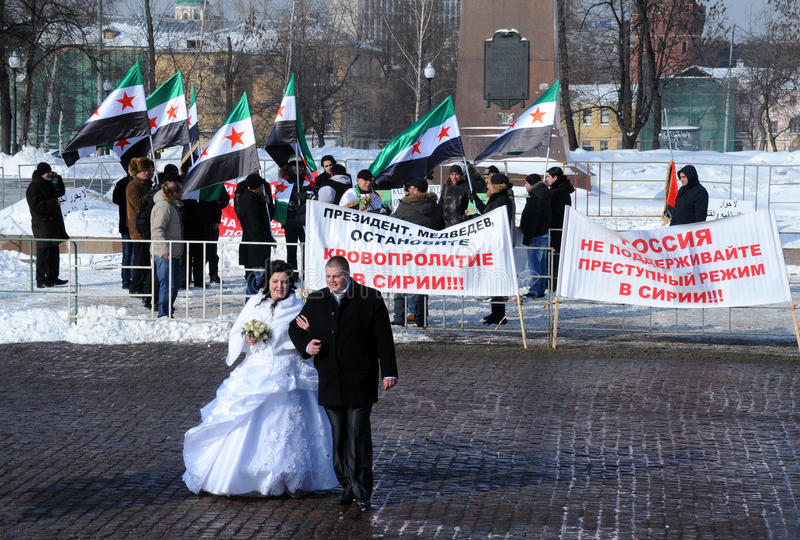 Protestadores recentemente do casal e do Syrian imagem de stock
