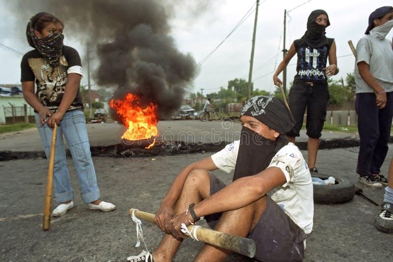 Protestando estudantes de Argentina no corte de estrada foto de stock