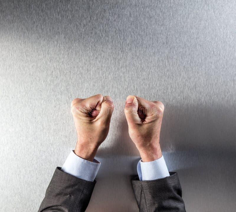 Protestando os punhos do homem de negócios para o poder, a convicção, a frustração ou a impaciência incorporada foto de stock