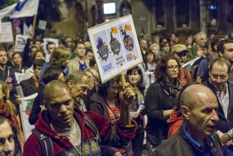 Protestas contra la extracción del oro del cianuro en Rosia Montana imagenes de archivo