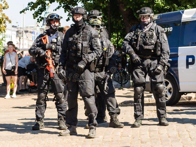 Protestas de la supervisión de la policía antidisturbios en Helsinki fotos de archivo libres de regalías