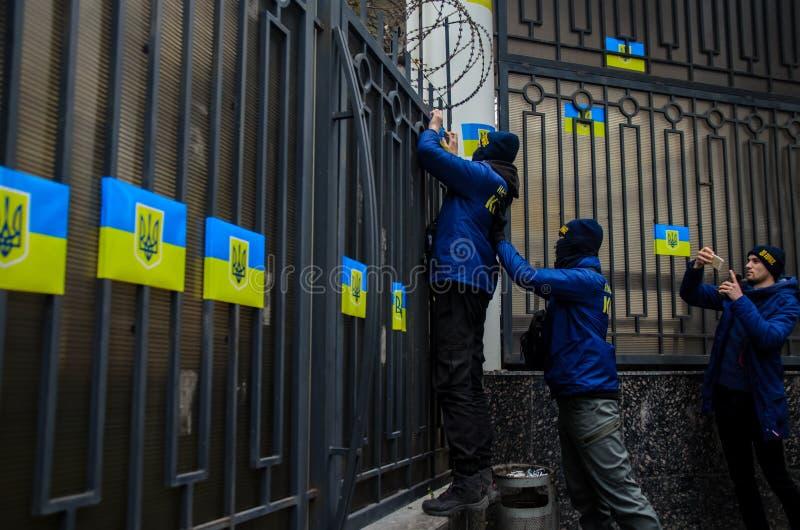 Protestas de patriotas ucranianos cerca del consulado general de la Federación Rusa en Odessa contra la agresión de Rusia imagenes de archivo