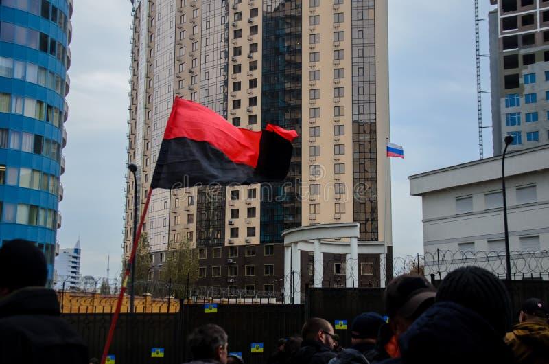 Protestas de patriotas ucranianos cerca del consulado general de la Federación Rusa en Odessa contra la agresión de Rusia foto de archivo libre de regalías