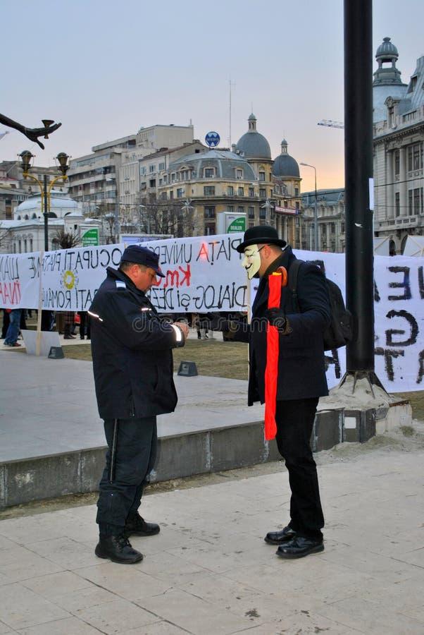 Protestataire étant légitimé à Bucarest photographie stock libre de droits