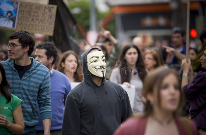 Protestataire anonyme à contre les coupes d'austérité images libres de droits